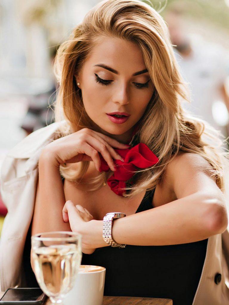 Blonde Frau wartet auf Ihren Date Partner