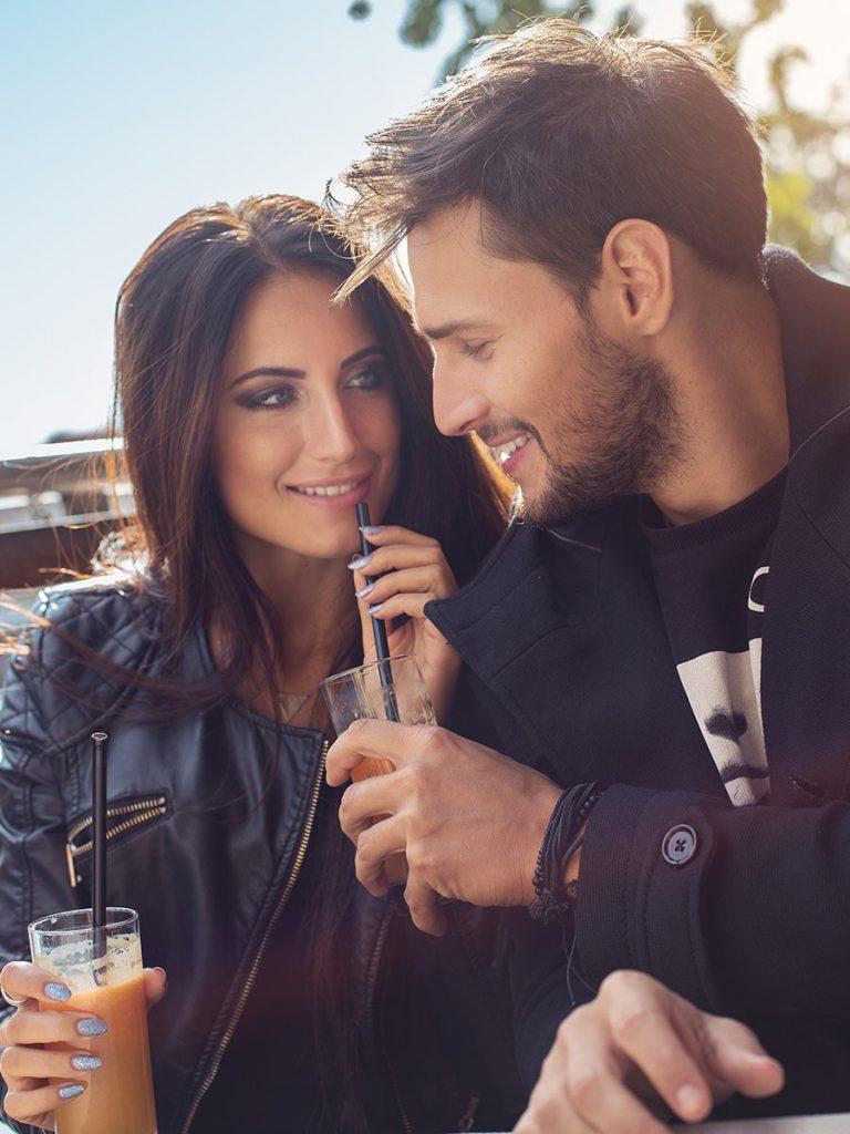 Glückliches Pärchen beim ersten Date