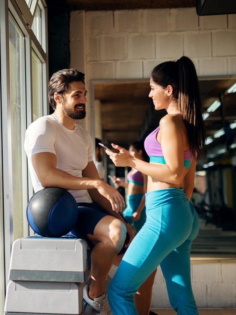 Mann flirtet mit Frau im GYM