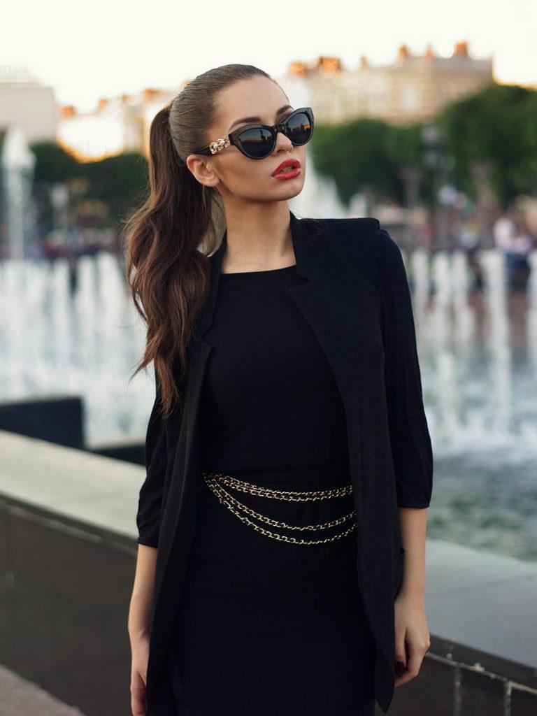 Single Frau sexy in schwarz gekleidet