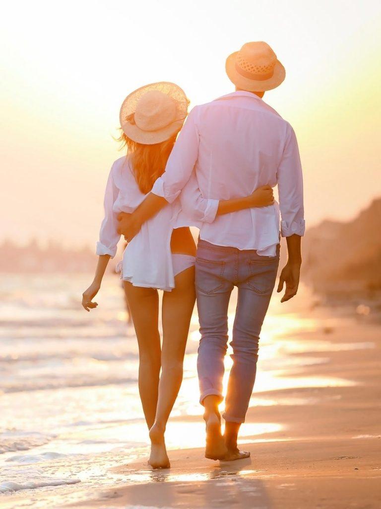 Pärchen geht am Strand spazieren