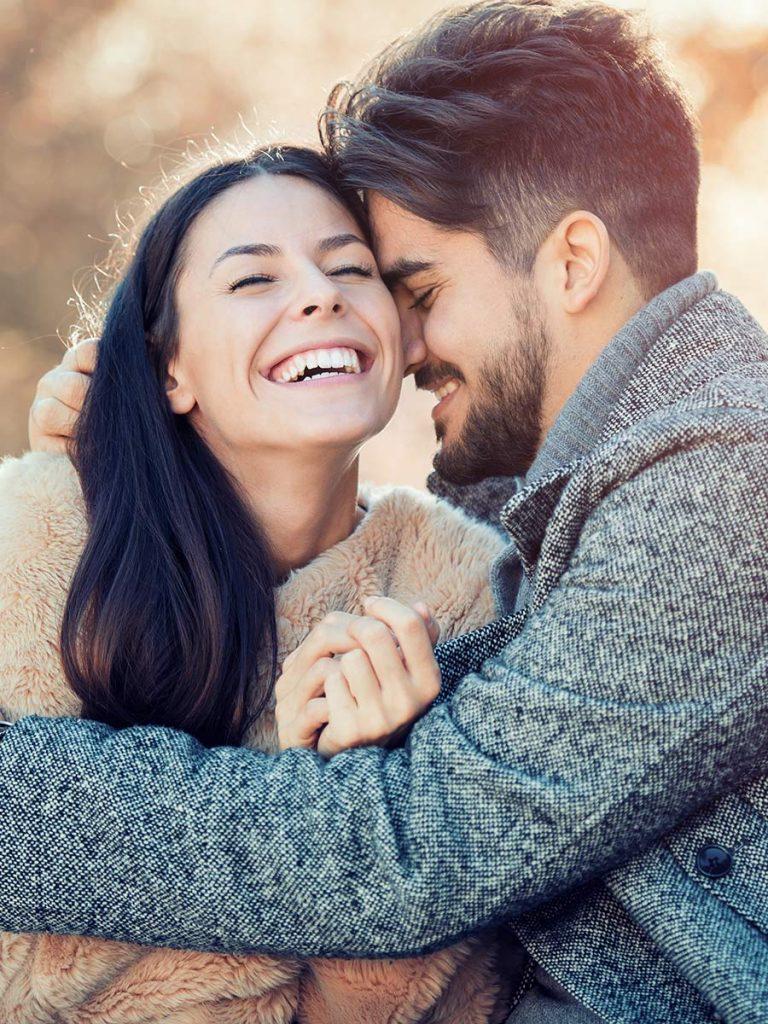 Verliebtes Pärchen beim romantischen Date im Herbst