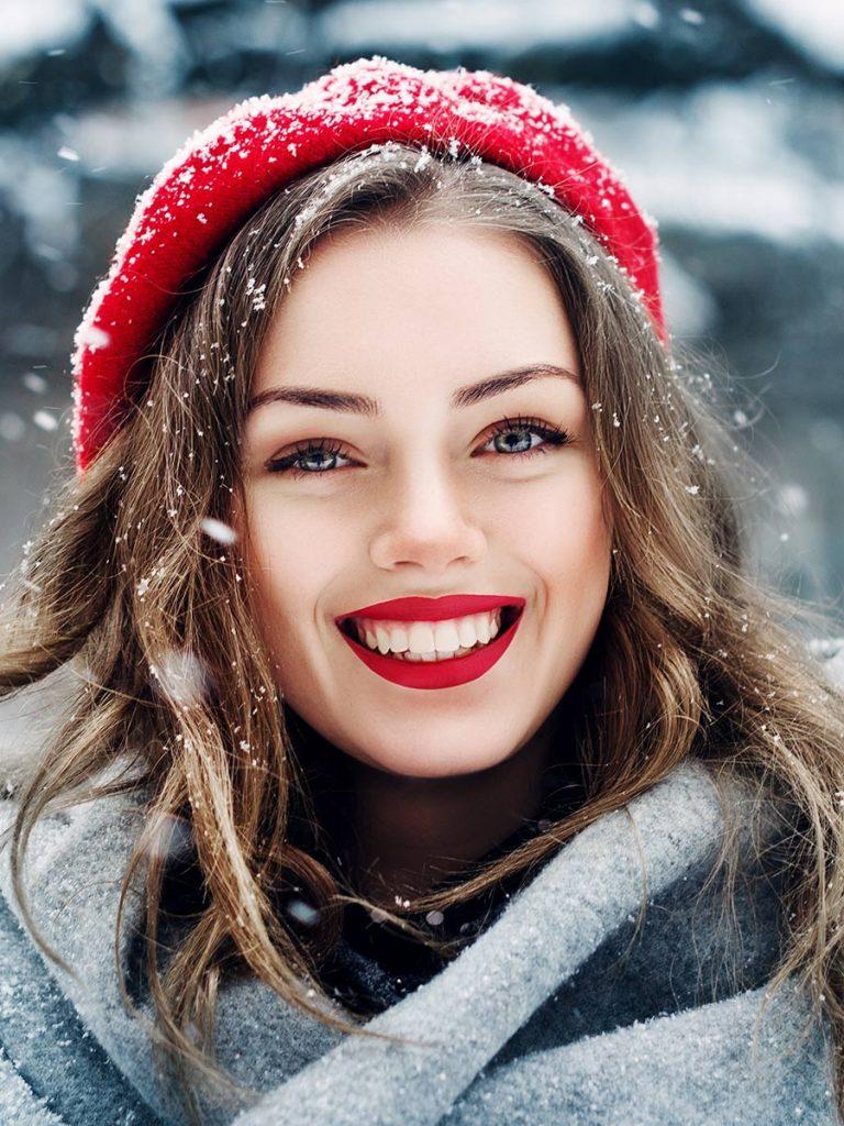 Single Frau genießt die Weihnachtszeit