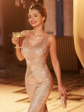 Stylische junge Frau genießt ihren Champagner