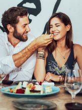 Hübsches Pärchen hat Spaß beim Date in einem Restaurant