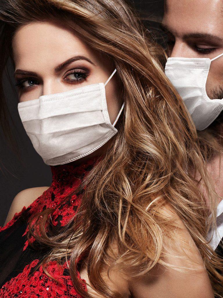 Mundschutz tragen beim Date, sexy Pärchen macht es vor