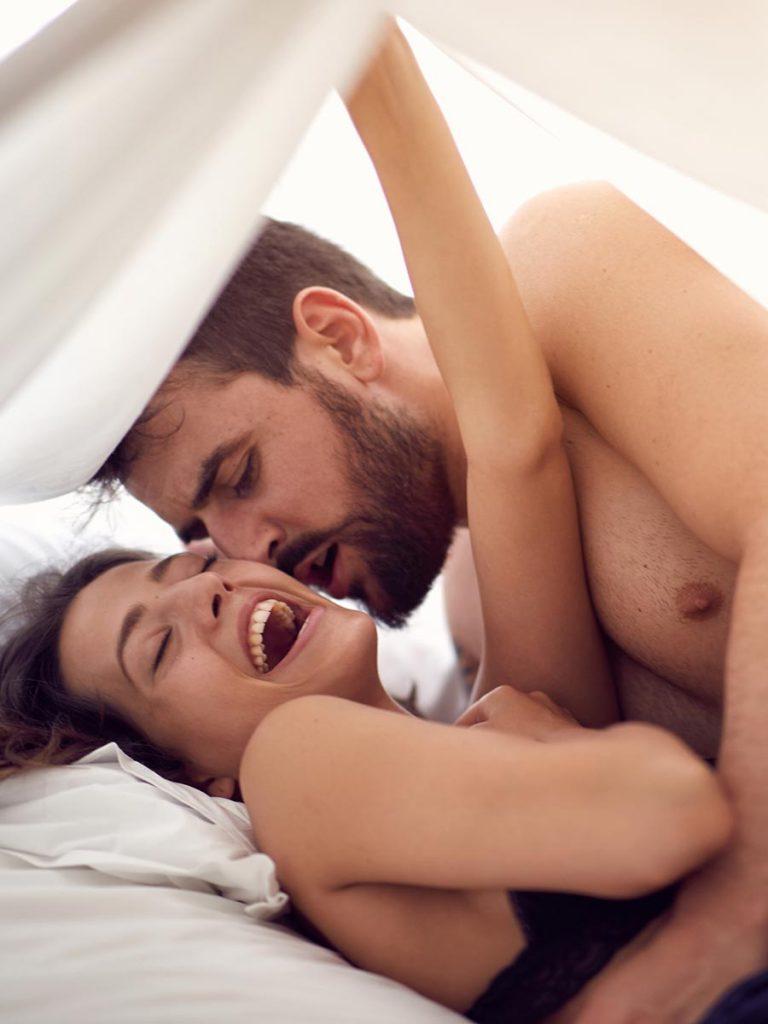 Leidenschaftliches Paar hat Spaß im Bett