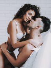 Sexy Frau verführt einen vergebenen Mann